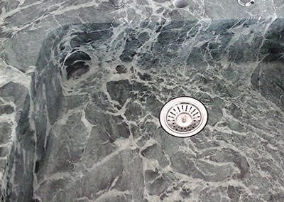 Eine moderne Spüle aus Granit